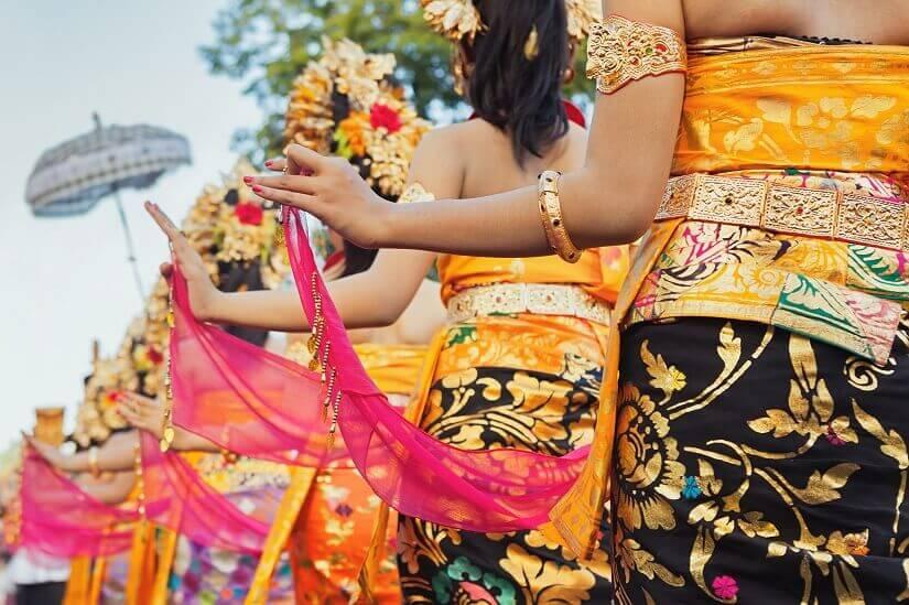 Frauen in traditionellen Kleidern auf Bali
