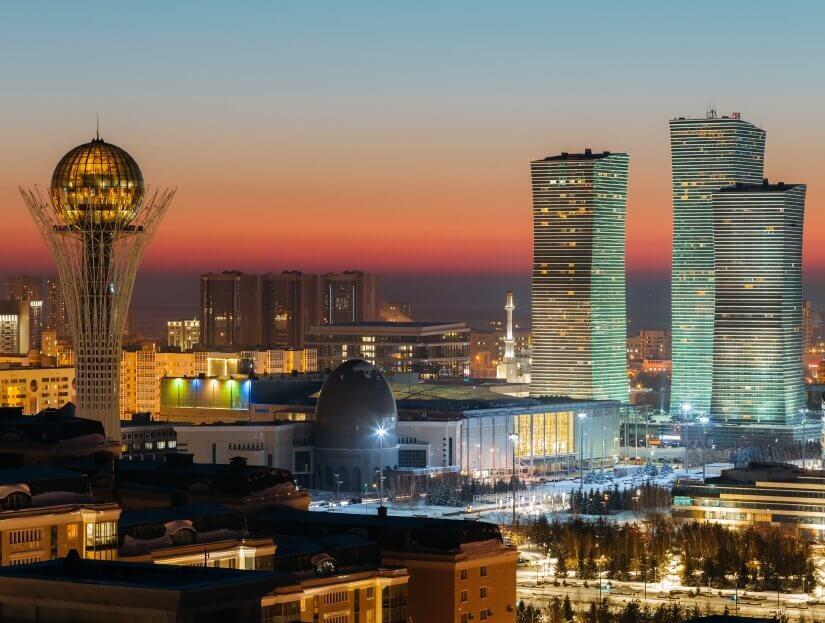 Blick auf das Bajterek Monument und den Northern Lights Complex in Astana, Kasachstan