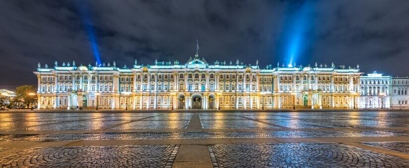 Eremitage in St. Petersburg bei Nacht