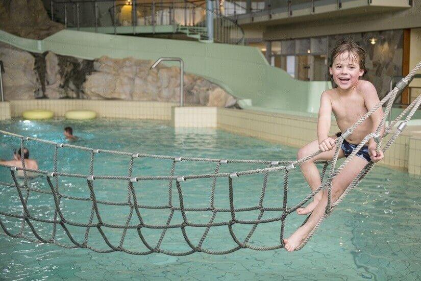 H2O Badeparadies kletterndes Kind