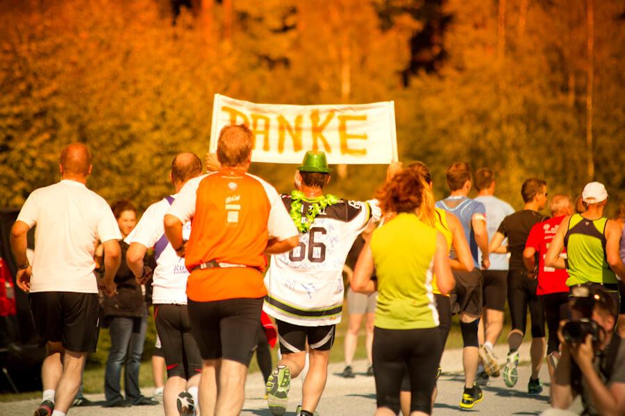 Tolle Stimmung bei Läufern und Zuschauern beim Seenlandmarathon