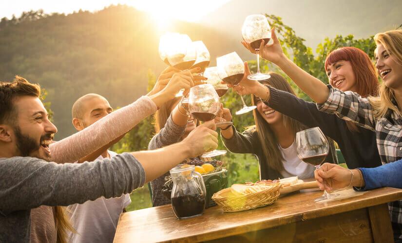 Freunde trinken zusammen Wein