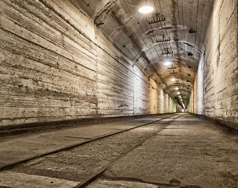 Ein alter Bunker mit Bahnschienen