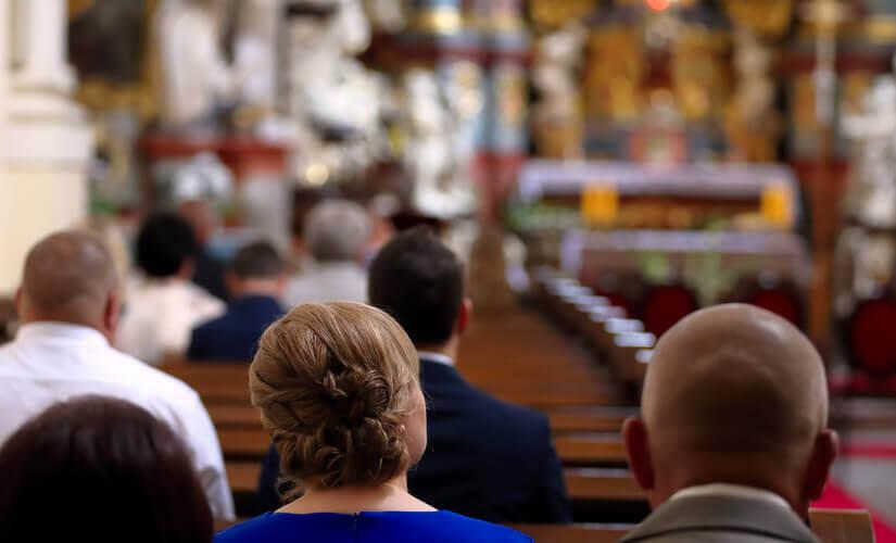 Menschen sitzen in einer Kirche