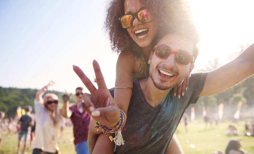 Ein Paar auf einem Festival