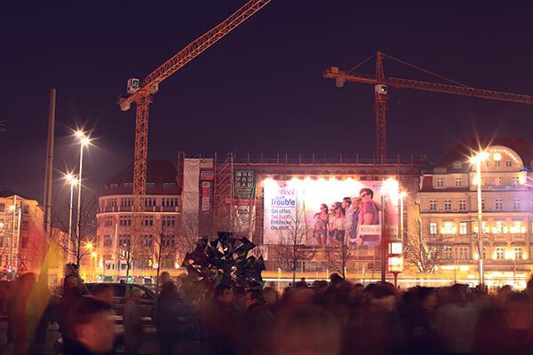 Flagge zeigen auf dem Kundgebungsplatz der fremdenfeindlichen Montags-Demonstrationen in Leipzig – kostenlose Veröffentlichung mit Vermerk ©UNISTER/Benjamin Bodnar