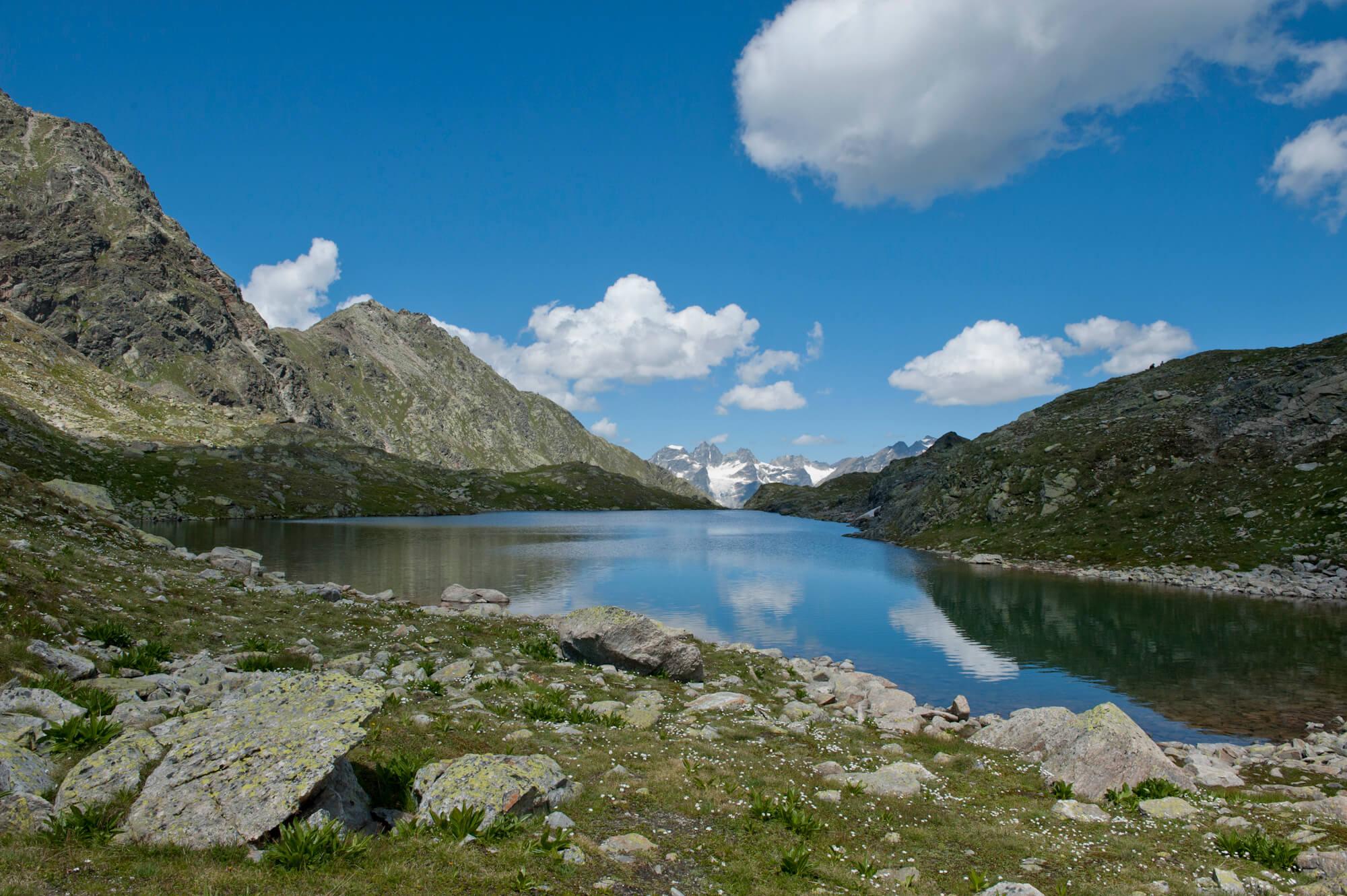 Alpen See zwischen den Bergen