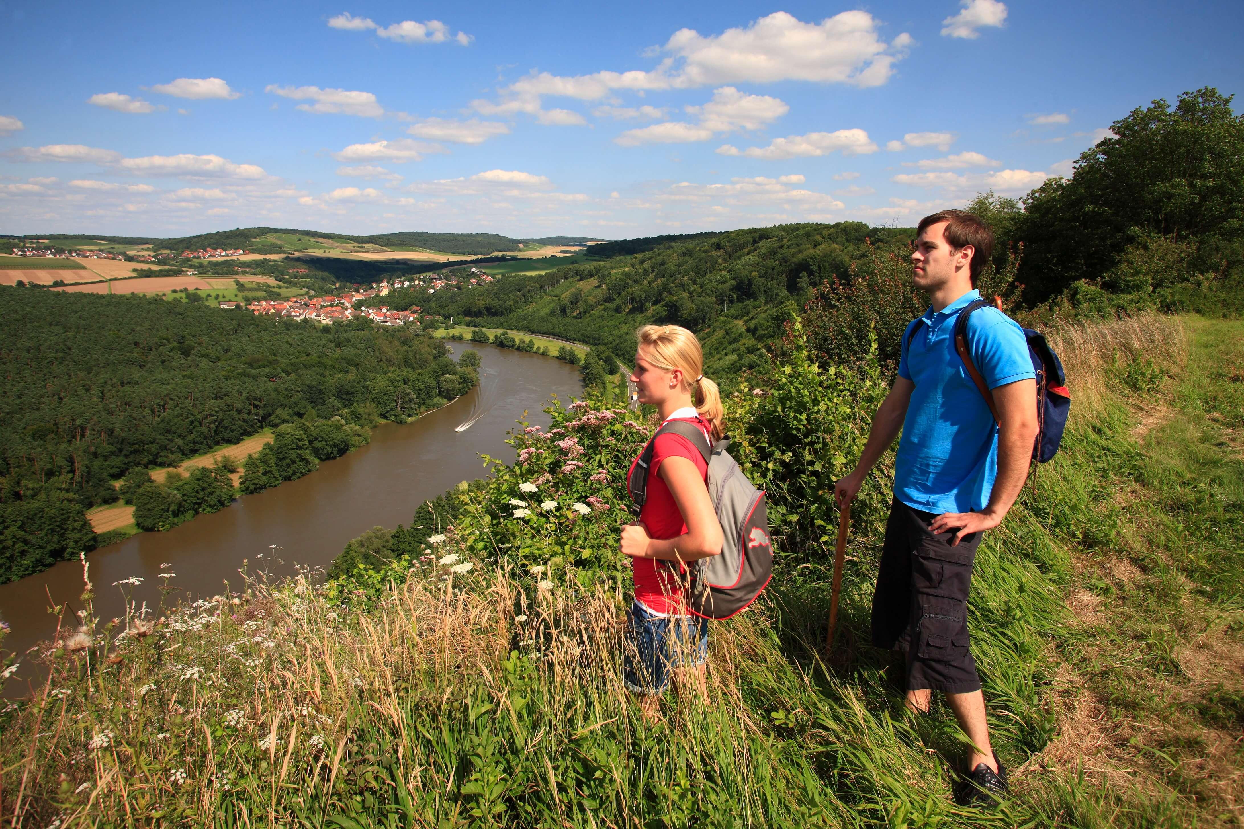 Ein Mann und eine Frau beim Wandern am Rheinsteig