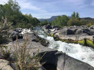 Vulkanlandschaft mit Fluss