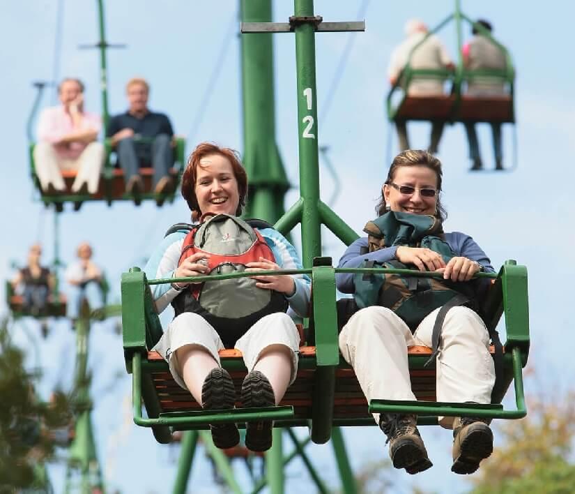Frauen freuen sich über eine Fahrt in der Sesselbahn in Boppard