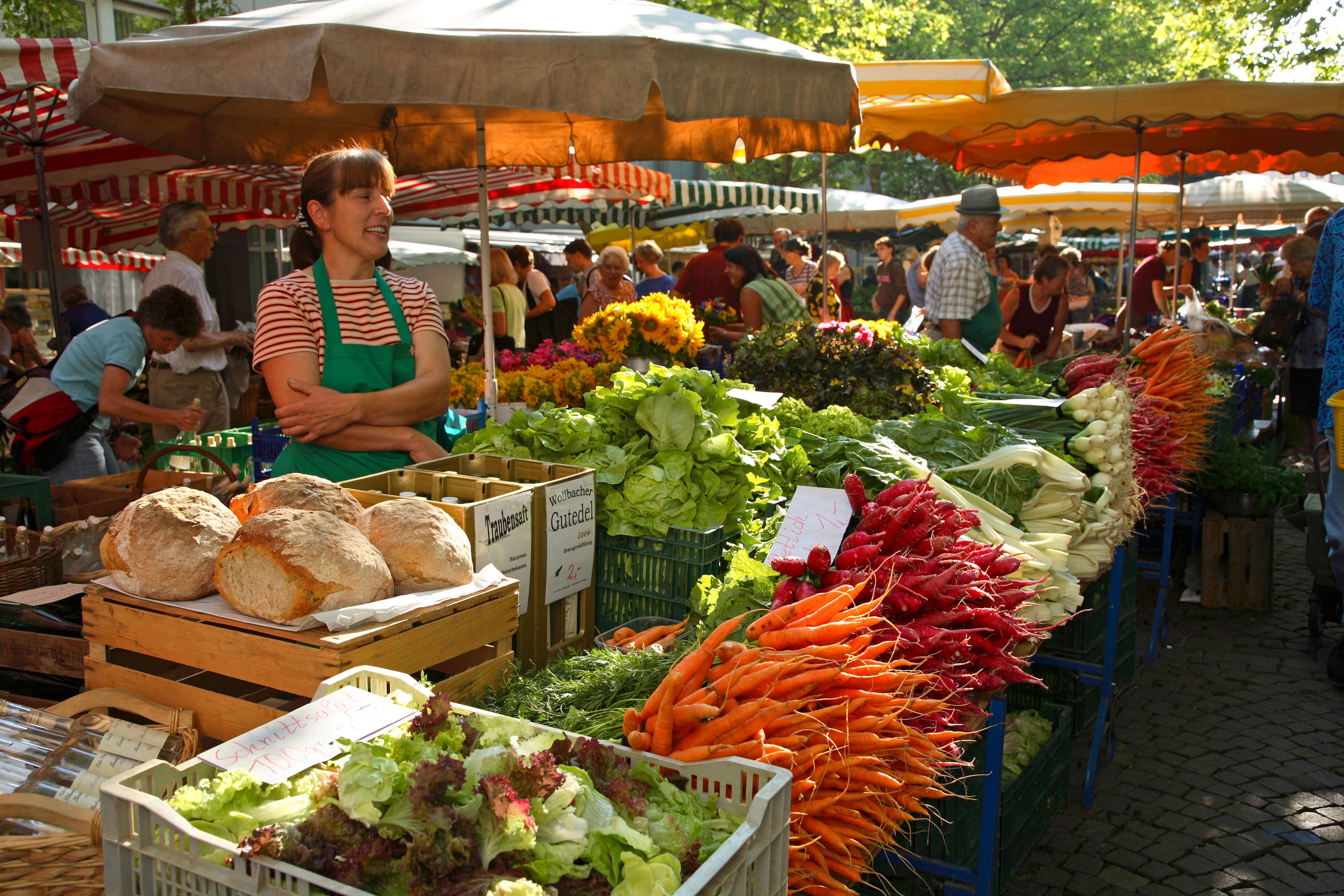 Wochenmarkt in Lörrach, Gemüse, Brot, Obst