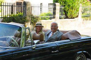 Mercedes Cabrio mit älterem Paar