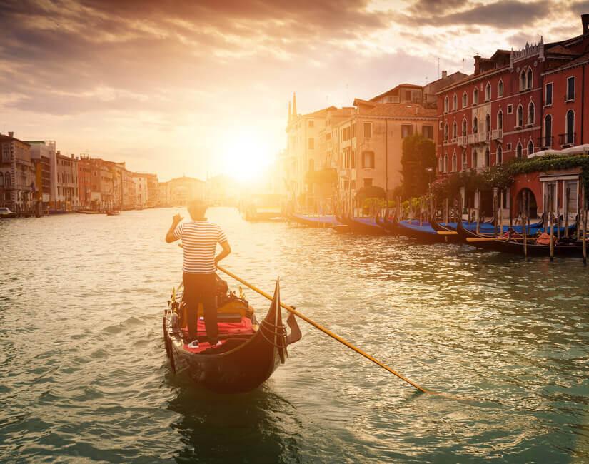 Bild Ein Gondolier rudert durch das Wasser von Venedig