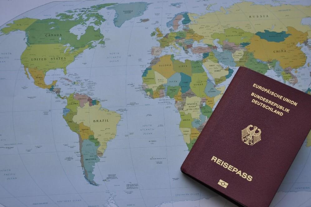 deutscher Reisepass auf Weltkarte