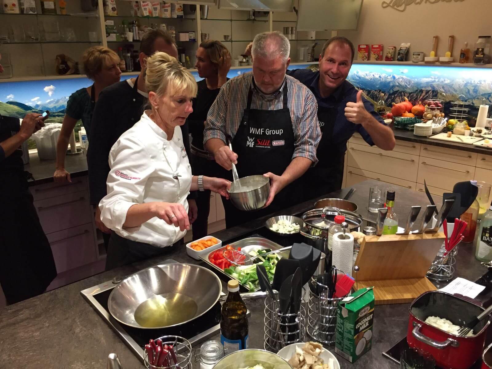 Kochteilnehmer in einer Küche