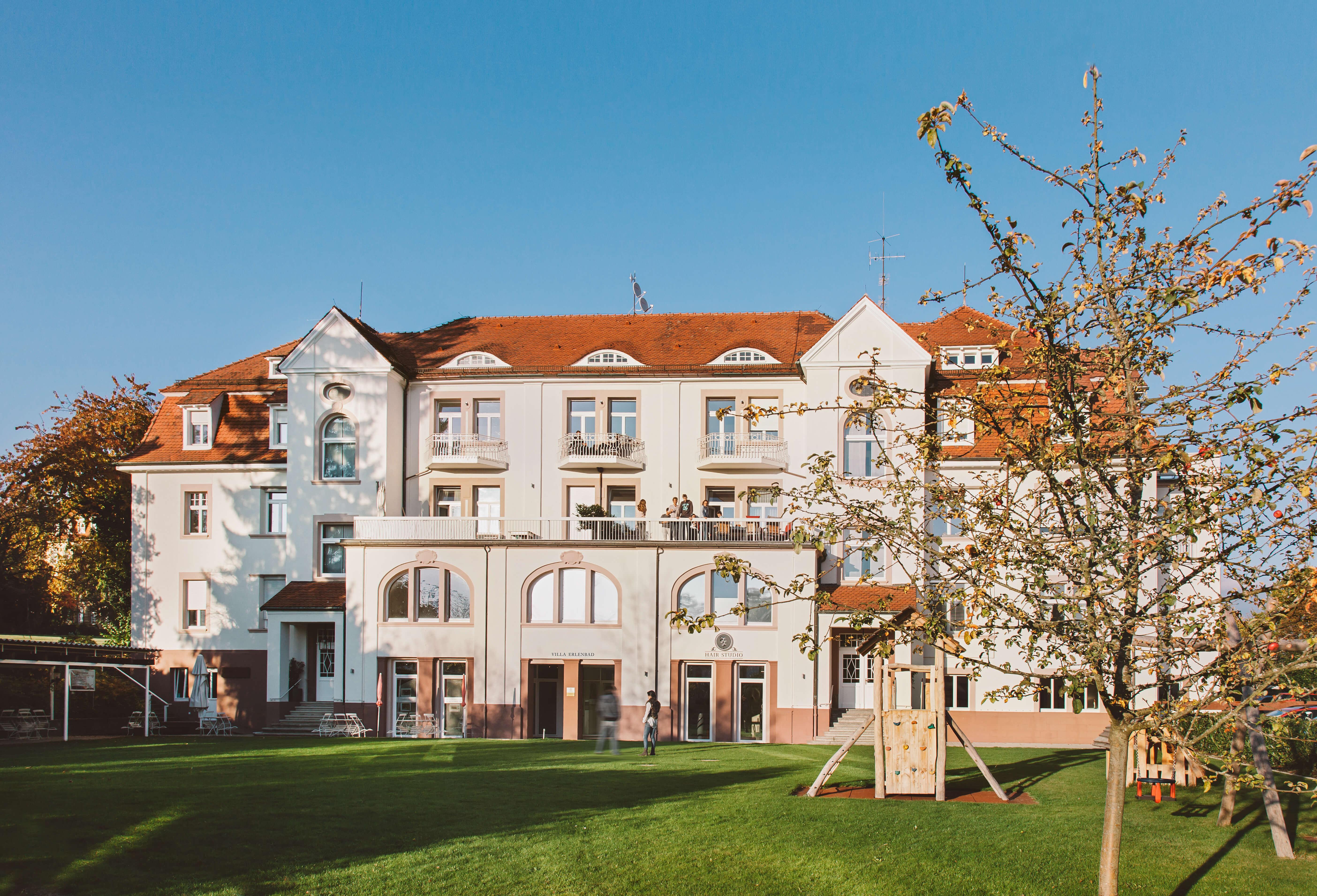 Villa Erlenbad Aussenansicht, Schloss, Wiese, Baum