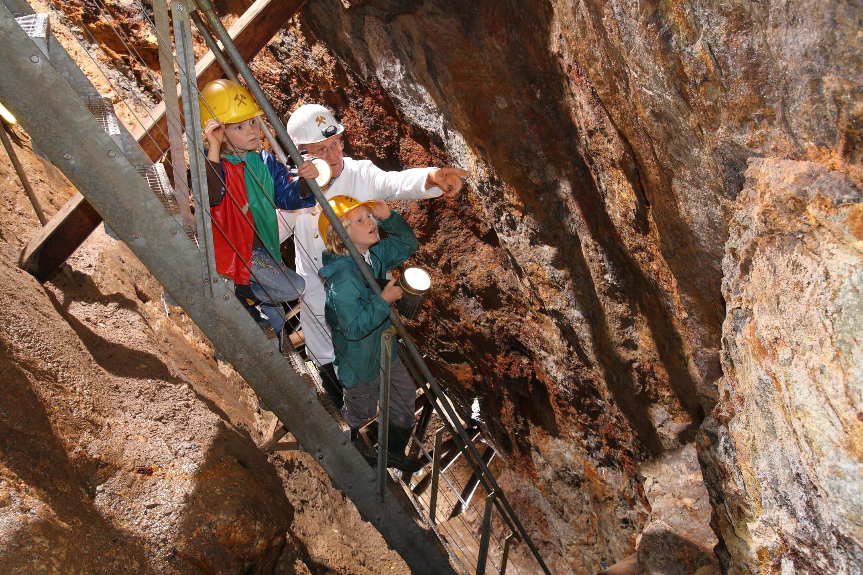 Bergwerksführer bei der Arbeit, Höhle, Bergwerk, Tropfsteine, Helm, Arbeitsjacke, Kinder