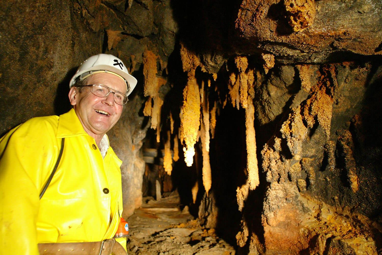 Bergwerksführer bei der Arbeit, Höhle, Bergwerk, Tropfsteine, Helm, Arbeitsjacke