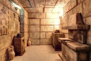 """Raum """"Pharao"""", Pyramide, Steine, Vasen"""