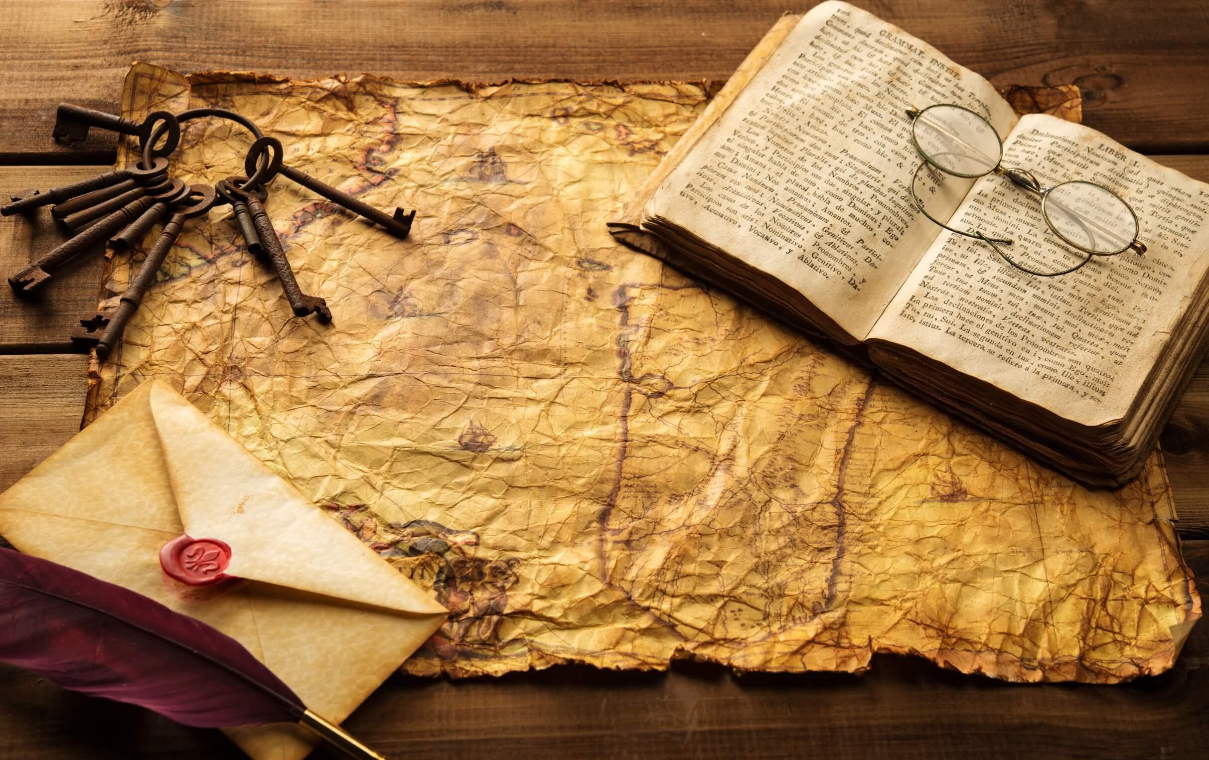 Brief, Buch, Landkarte, Brille und Schlüssel
