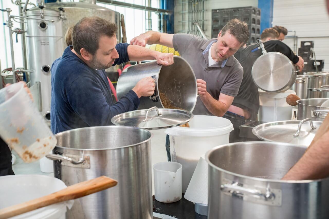 Braumeister mischen die Zutaten für das Bier