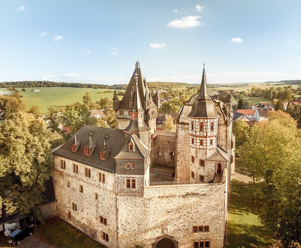 Luftaufnahme vom Schloss Romrod, Landschaft, Sehenswürdigkeit