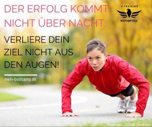 Flyer für Bootcamp, Frau macht im Jogginganzug liegestütze © Bootcamp Köln