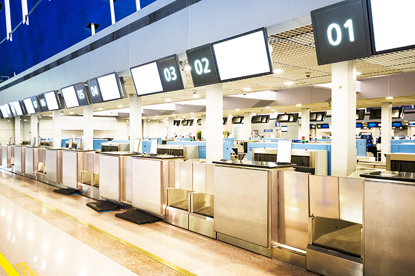 Check-in-Schalter am Flughafen