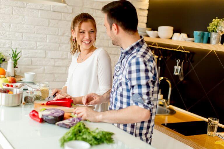Mann und Frau beim kochen Single Kochkurs Wiesbaden Kochwerkstatt