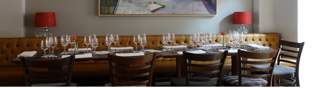 Ein großer Tisch im Restaurant Vallandry