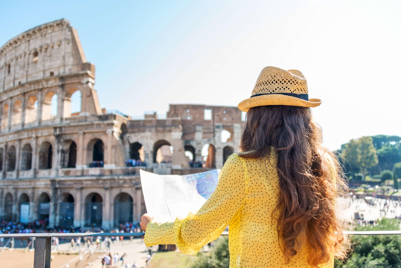 Bild Tourist in Rom am Colosseum