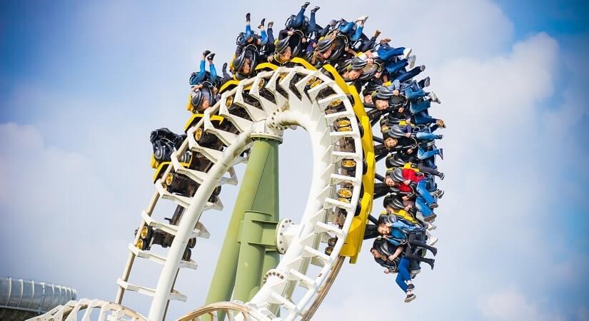Menschen über Kopf in der Achterbahn Limit im Heide Park Resort