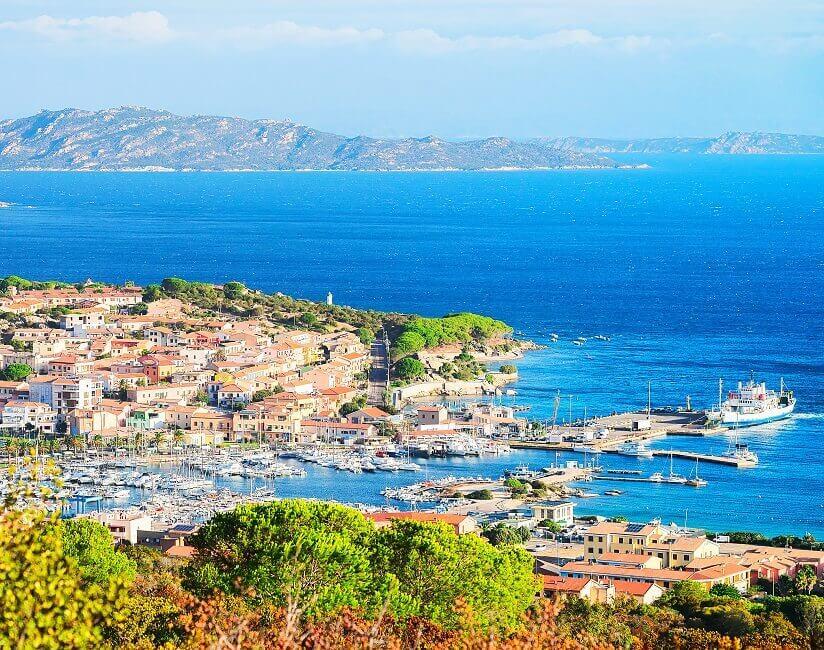 Blick auf eine Hafenstadt auf Sardinien