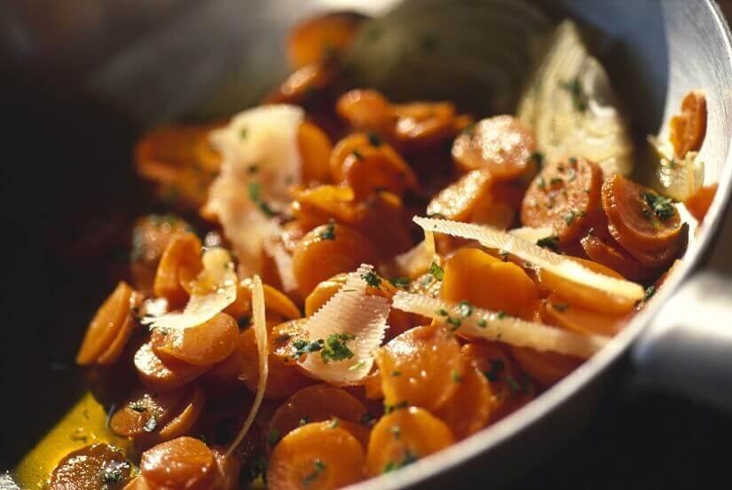 Mahlzeit mit Karotten und Parmesan