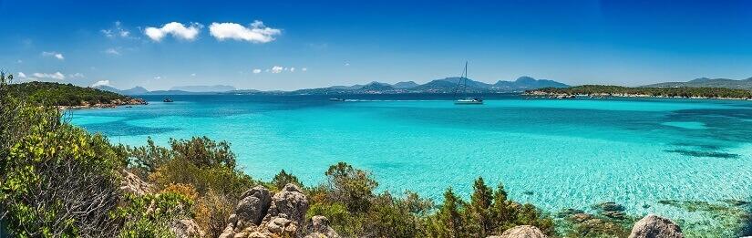 Blick auf das türkise Meer und der schönen Küste von Sardinien