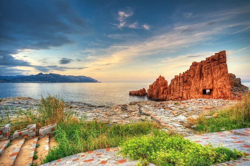 Blick auf die Küste und die Roten Felsen von Arbatax auf Sardinien
