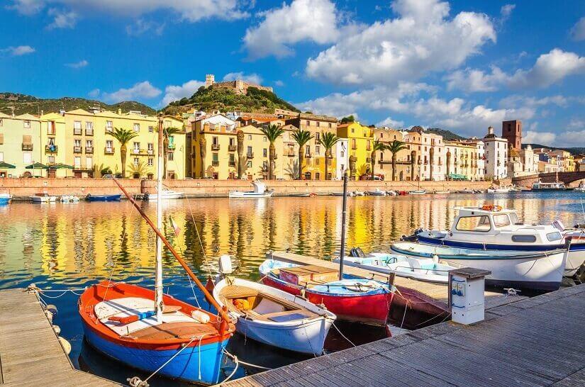 Bunte Häuser am Hafen von Bosa auf Sardinien