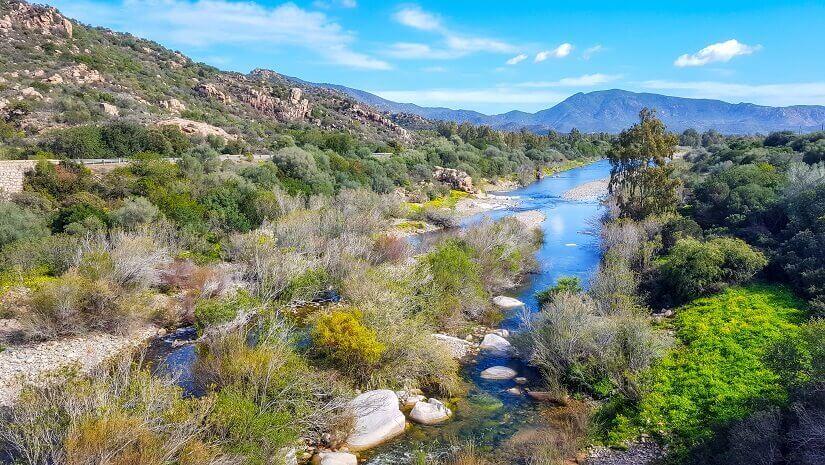 Tolle Landschaft zum Wandern mit Bergen und Flüssen auf Sardinien