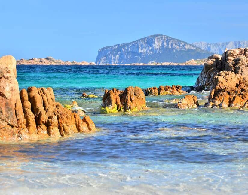 Küste von Sardinien mit Felsen und türkisblauem Meer