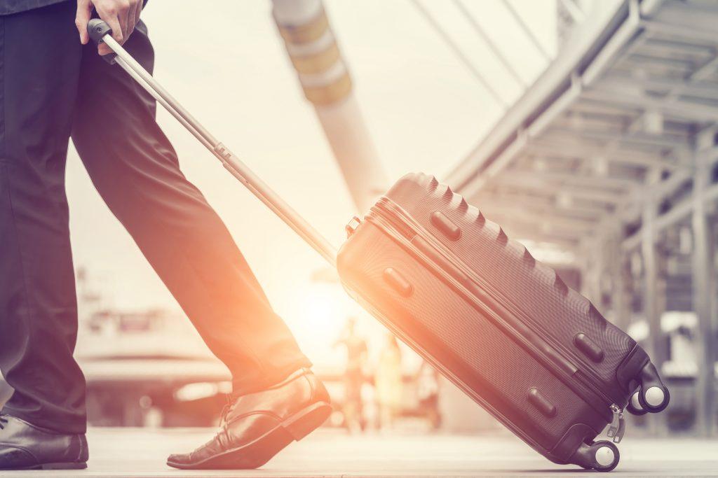 Ein Mann zieht einen Koffer