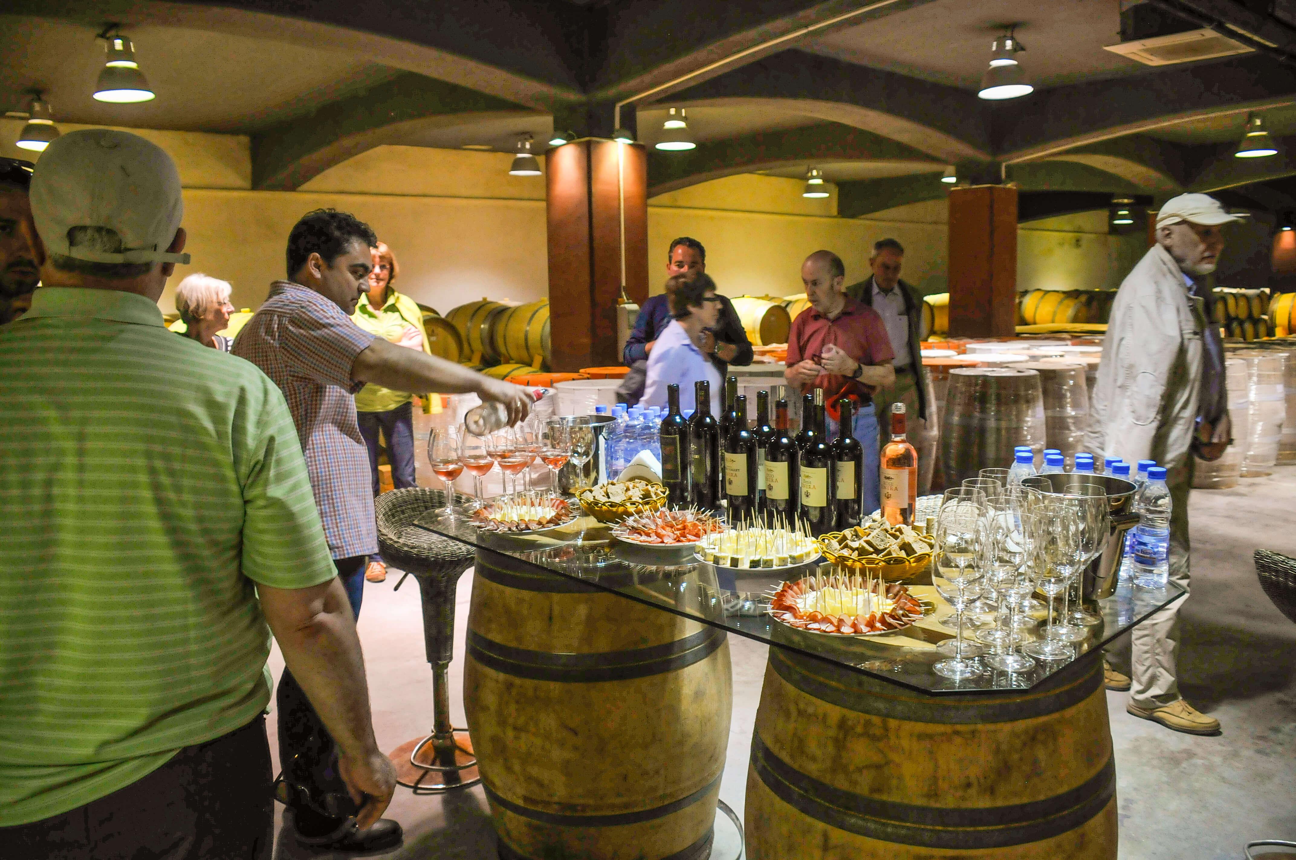 Die Weinverkostung ist ein typisches Highlight