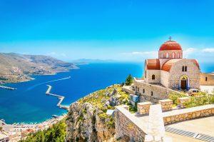 Kirche an der Mittelmeerküste in Griechenland