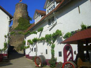 Weinfässer zeigen wo Winzer und Hotelier eins sind