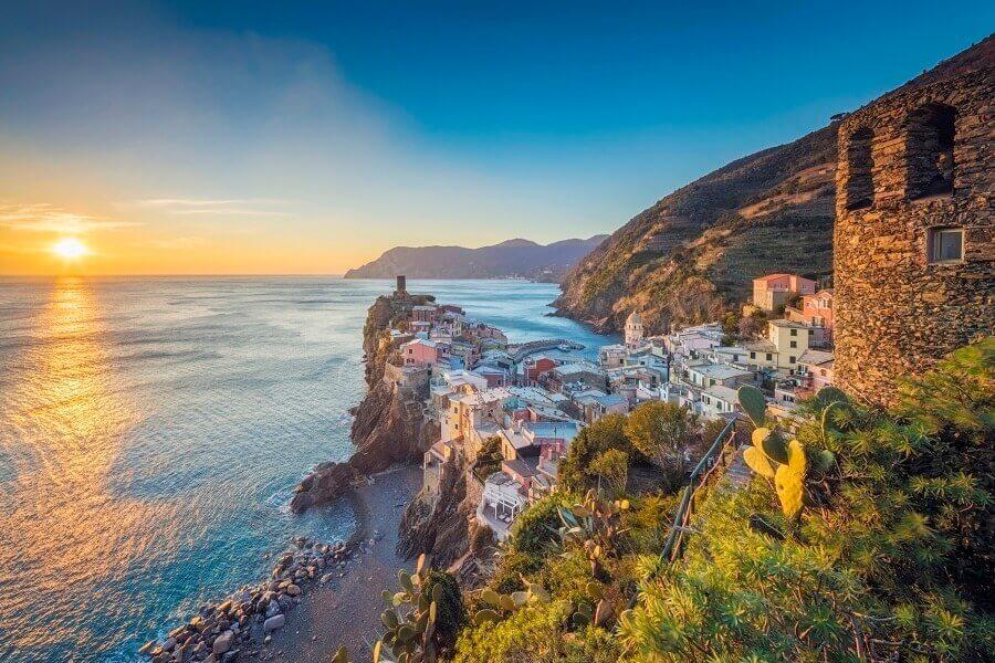 Blick auf Küste mit kleinem Dorf, Cinque Terre, Italien