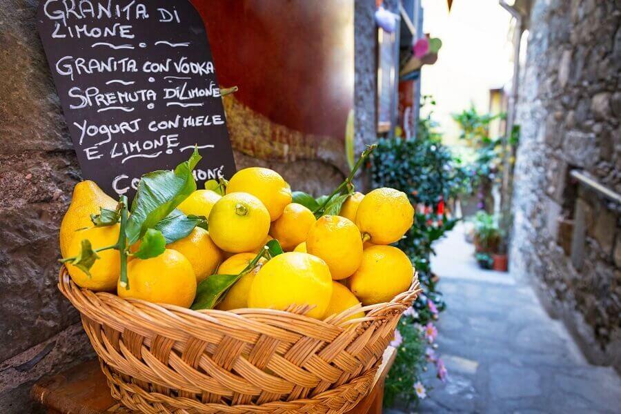 Zitronen in einem Korb, Gasse in Corniglia, Italien
