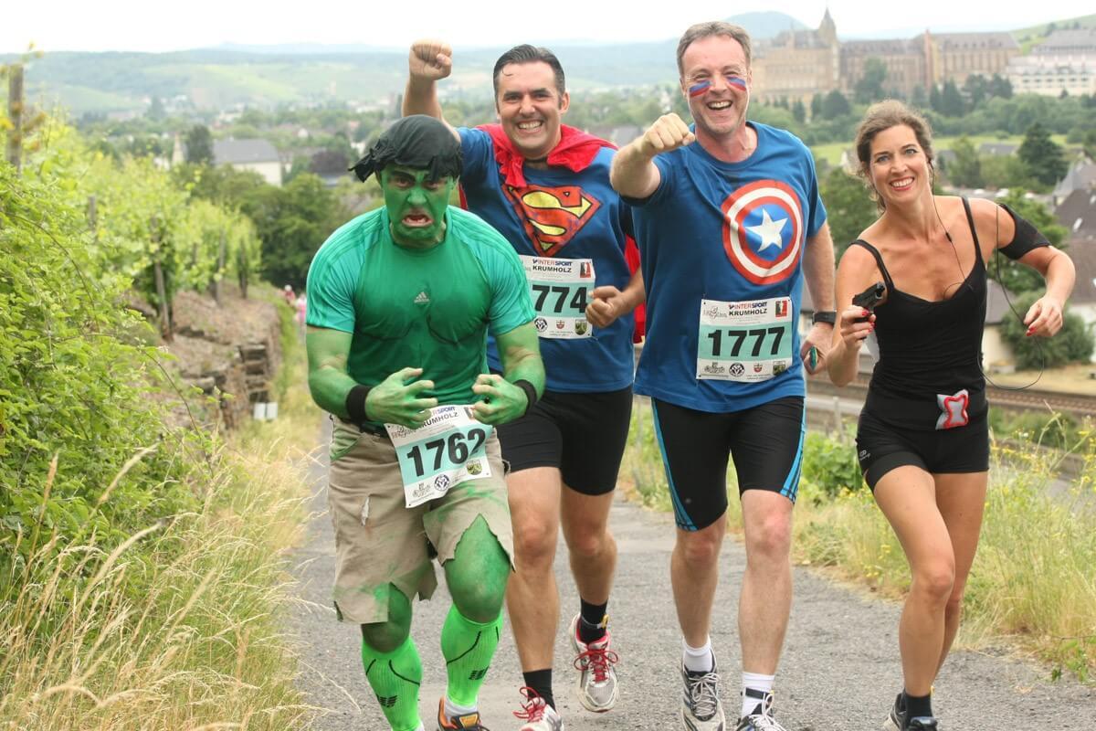 Arathon als Superhelden kostümierte Läufer