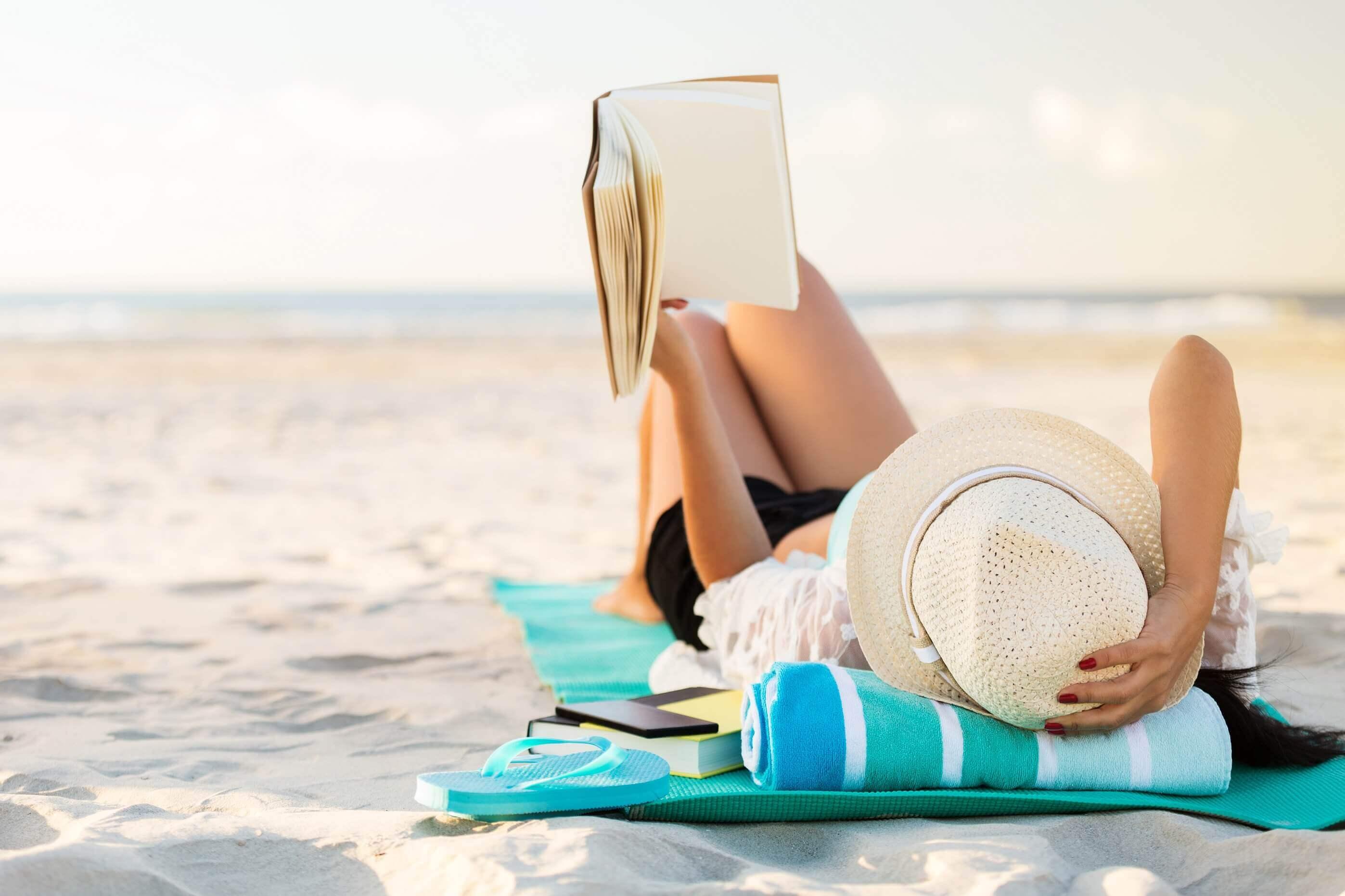 Entspannter Urlaub: Am Strand relaxen und ein gutes Buch lesen