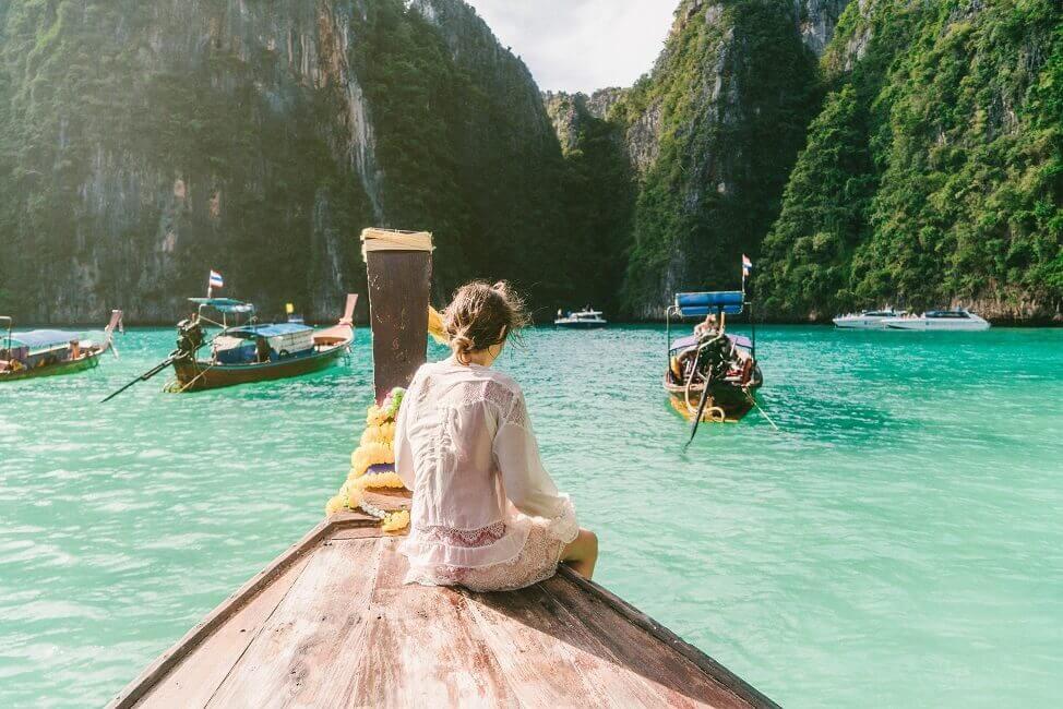 Frau auf einem Boot in Thailand