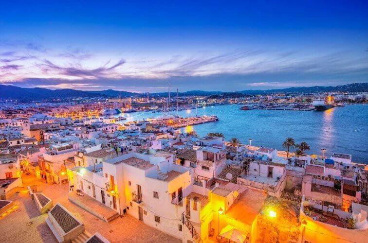 Blick auf die Altstadt von Ibiza am Abend