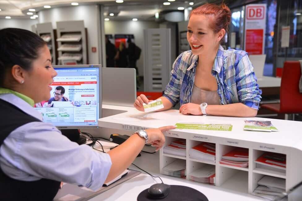 Frau zeigt BahnCard der Deutsche Bahn